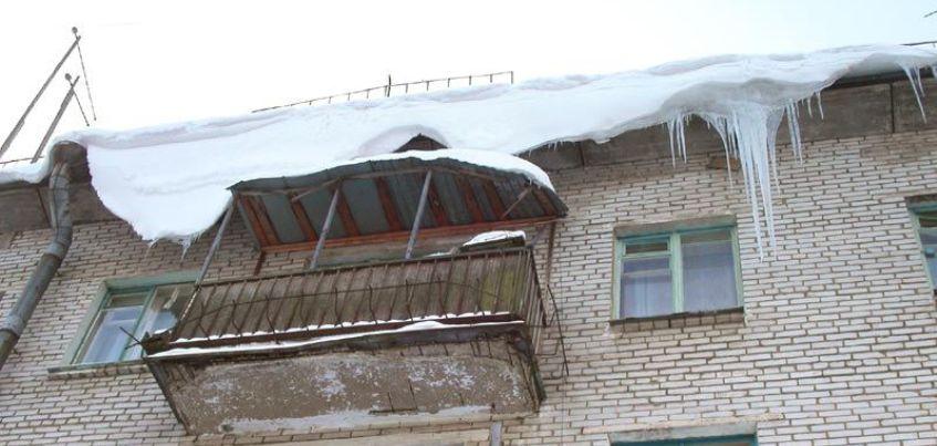Две ижевчанки пострадали из-за обвала снега с козырьков балконов