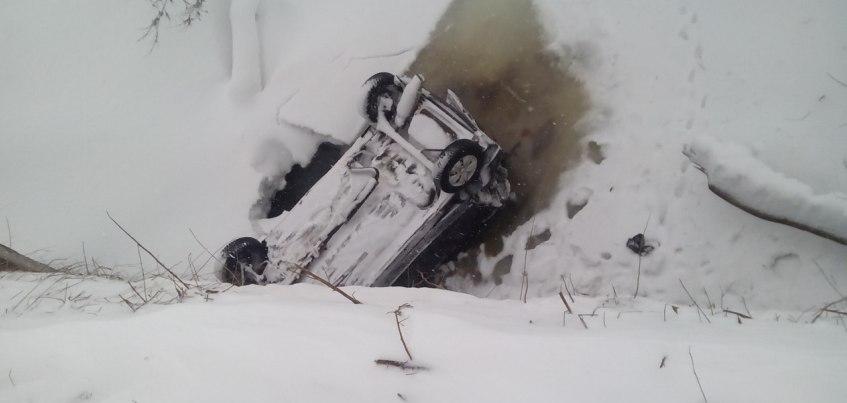 Легковой автомобиль упал с 5-метрового моста в Сарапуле
