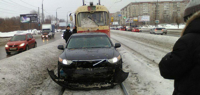 В Ижевске легковой автомобиль вылетел на трамвайные пути и столкнулся с трамваем