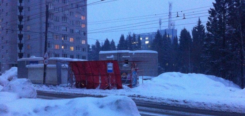 В Ижевске на улице Ворошилова обвалилась крыша остановки из-за снега