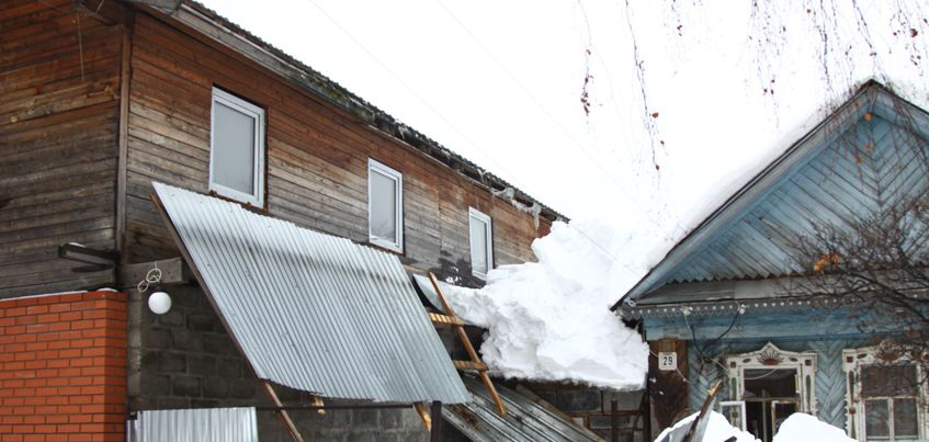 В Ижевске на ребенка упал снег с крыши  частного дома