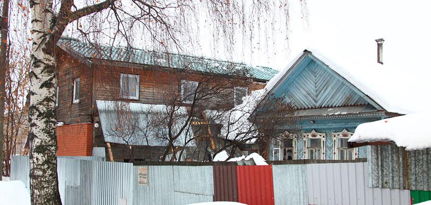 На улице 8 Марта в Ижевске снег, сошедший с крыши, завалил младенца в санках