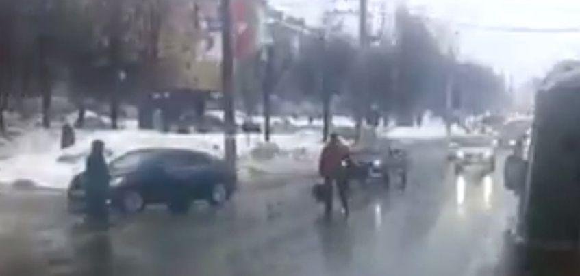В Ижевске по улице Пушкинской между машинами бегает молодой человек