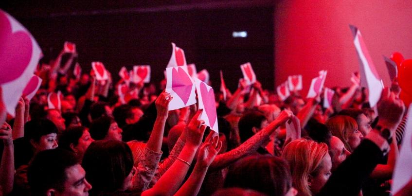 Зрители устроили флэшмоб на концерте Ани Лорак в Ижевске