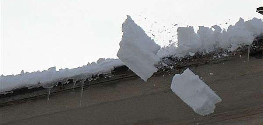 В Ижевске на двух школьниц упал снег с крыши дома
