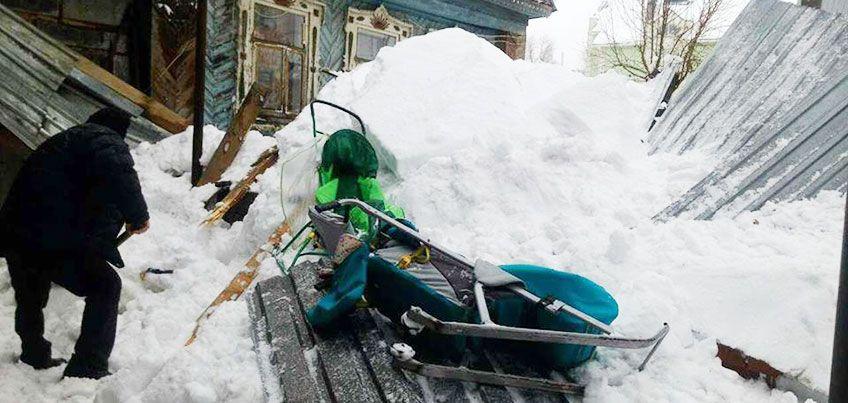 Опасные крыши Ижевска: погибшая пенсионерка, заваленный снегом младенец и штрафы на миллион рублей