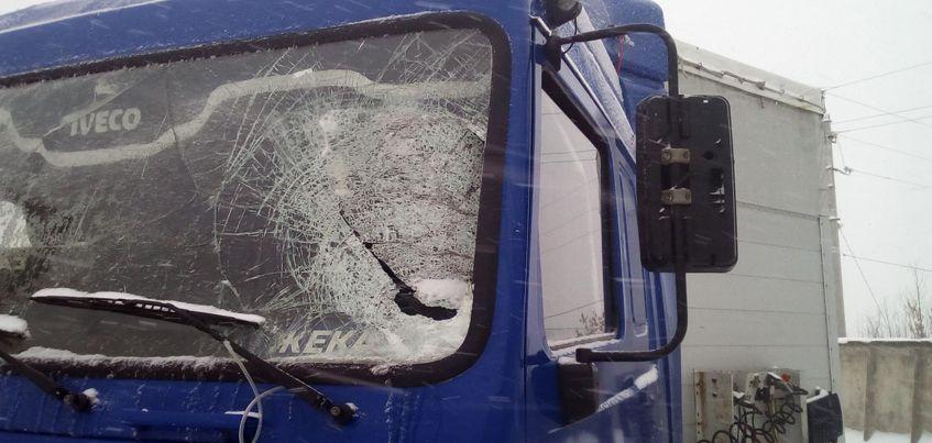 В Удмуртии  водитель грузовика получил травмы от снега, который упал на лобовое стекло его машины