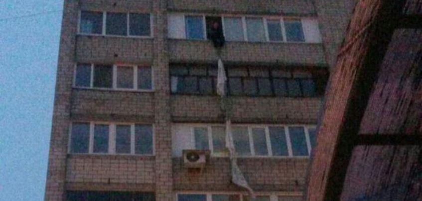 В Ижевске на улице Воровского мужчина по простыням пытался спуститься из окна квартиры