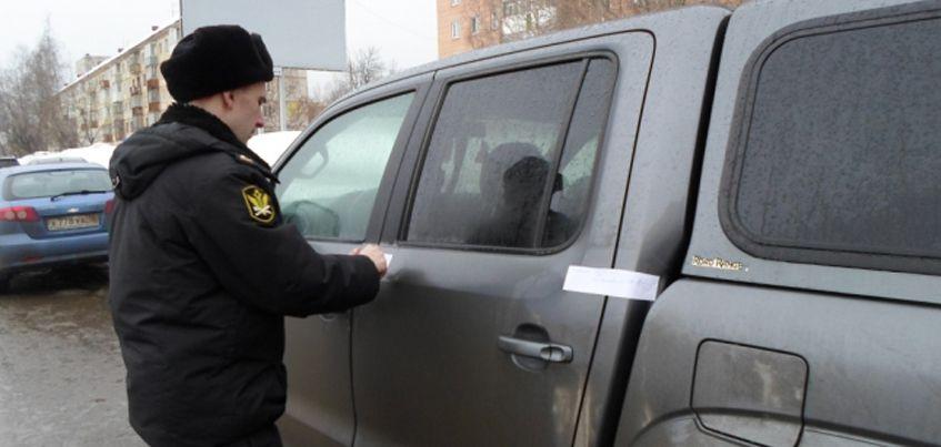 В Ижевске мужчина закрылся в авто, чтобы не отдавать ее судебным приставам