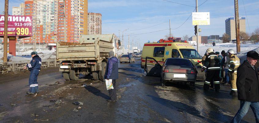 В Ижевске на перекрестке улиц Чугуевского-Удмуртской пьяный водитель врезался в грузовик