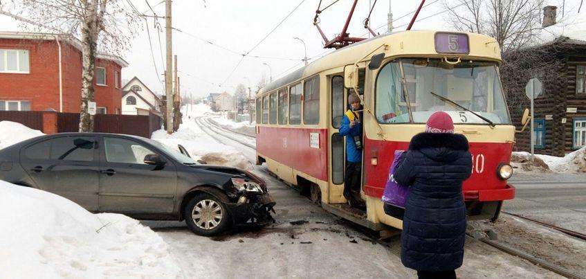 В Ижевске на улице Степной водитель иномарки врезался в трамвай