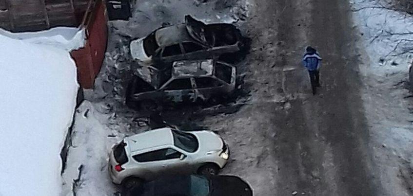 В Ижевске в одном из дворов сгорели два легковых авто