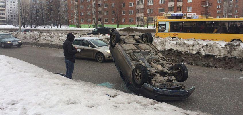 В Ижевске на улице Союзной перевернулась иномарка
