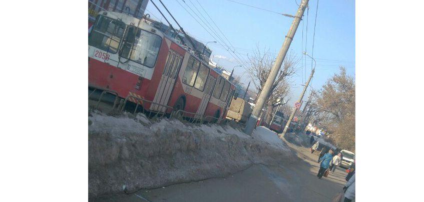 В Ижевске в районе улиц Горького и Карла Либкнехта встали троллейбусы