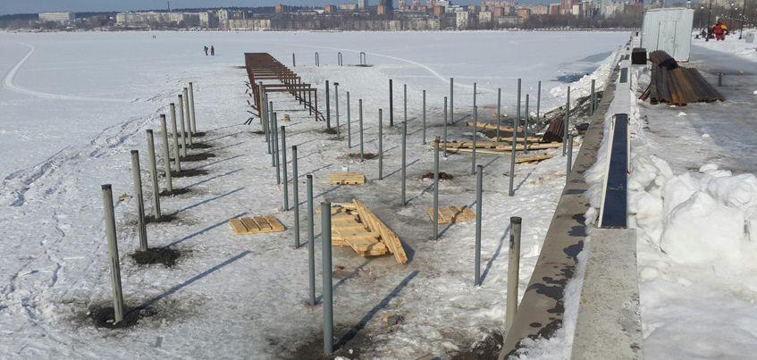На набережной Ижевска начали забивать сваи для будущей лодочной станции