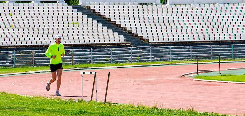 Есть вопрос: почему на стадионах мы бегаем против часовой стрелки?