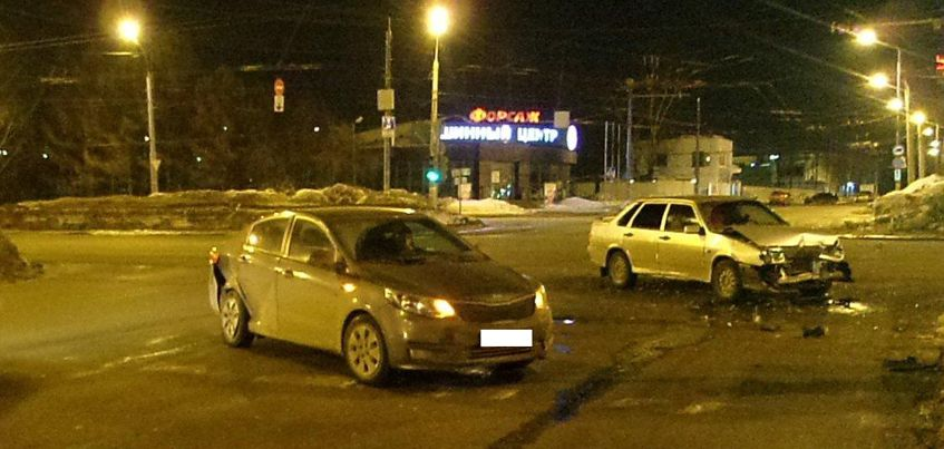 В Ижевске при столкновении двух авто пострадала женщина и подросток