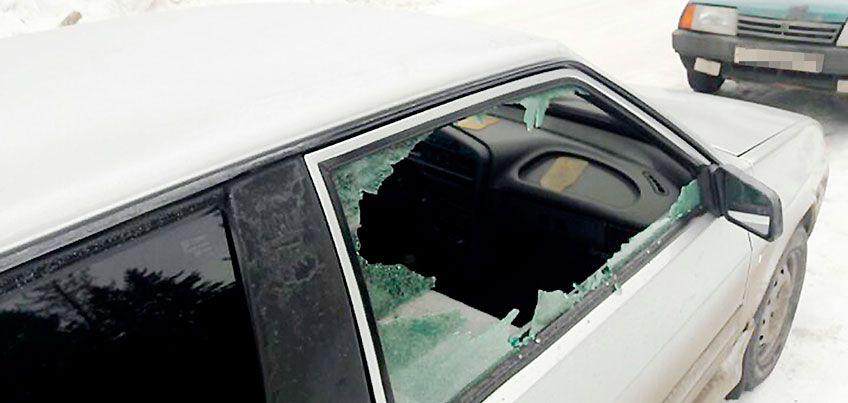 Поджоги, разбитые стекла: в Ижевске хулиганы портят припаркованные во дворах авто