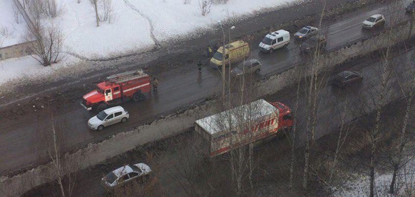 В Ижевске спасатели достали ребенка, который провалился в яму у недостроя на улице Союзной