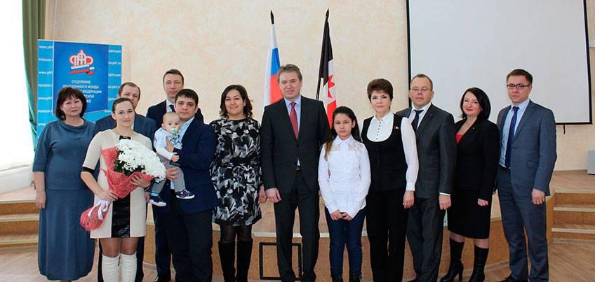 В Ижевске семья Кузнецовых получила 100-тысячный сертификат на материнский капитал