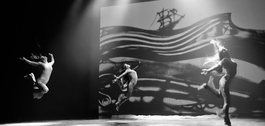 «Молчи и танцуй»: ижевский коллектив соединил воедино рисование песком и современные уличные танцы