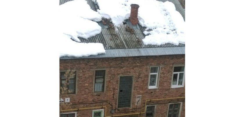 В Ижевске на улице 40-й Километр с крыши дома упала вентиляционная шахта