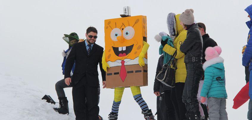 В Ижевске сноубордисты в костюмах киногероев перепрыгивали через большую лужу
