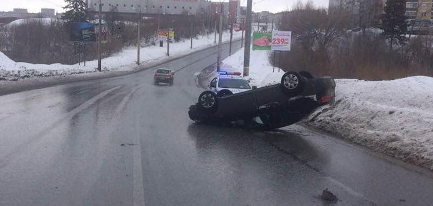 В Ижевске на улице Фруктовой перевернулась иномарка