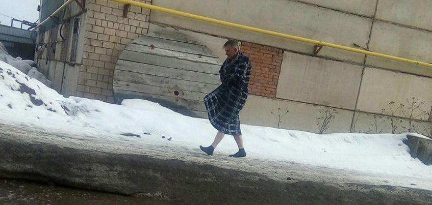 В Ижевске очевидцы увидели мужчину, который ходит по улице в одних носках и халате