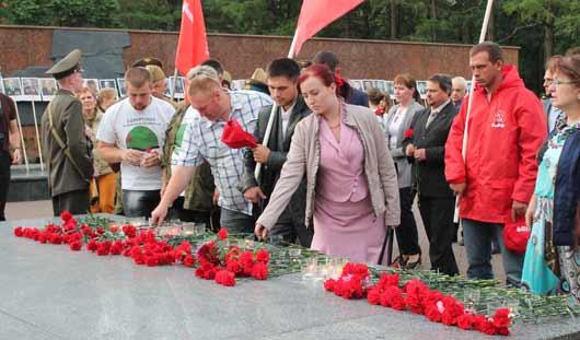 В Ижевске в 4 часа утра возложили цветы к Вечному огню