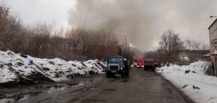 В Ижевске на улице Мельничной загорелись два нежилых дома