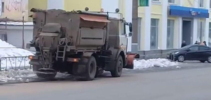 Видео: В Ижевске дорожники насыпали песок с солью на сухой и чистый асфальт