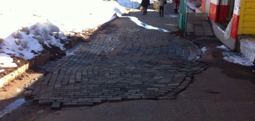 Невероятно кривую брусчатку уложили на улице Петрова в Ижевске
