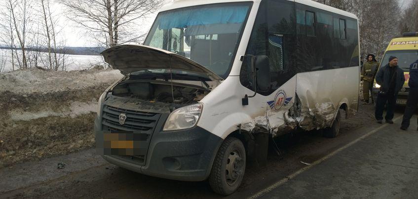 Три человека пострадали при столкновении микроавтобуса с ВАЗом на трассе «Ижевск-Воткинск» 9 апреля