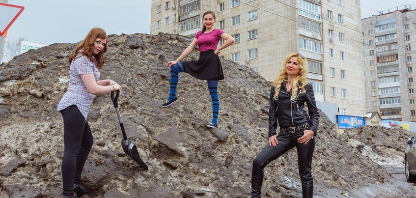 Фото: ижевчанки сделали серию снимков на фоне грязи и сугробов