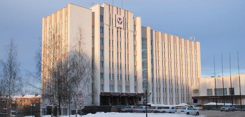 Нагрудные знаки из сплава и удостоверения из искусственной кожи: депутаты Госсовета Удмуртии решили сэкономить бюджет
