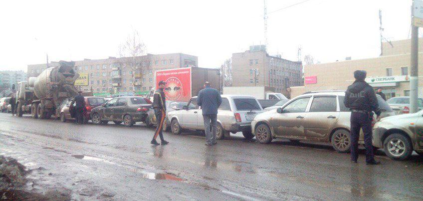В Ижевске на улице Областной  бетоновоз спровоцировал массовое ДТП