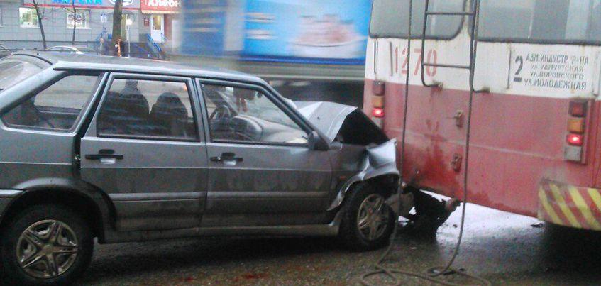 В Ижевске на остановке «Спортивная» пьяный водитель «ВАЗ-2114» врезался в стоящий троллейбус