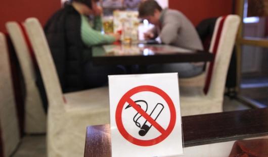 Из-за запрета на курение у ресторанов и баров упали доходы