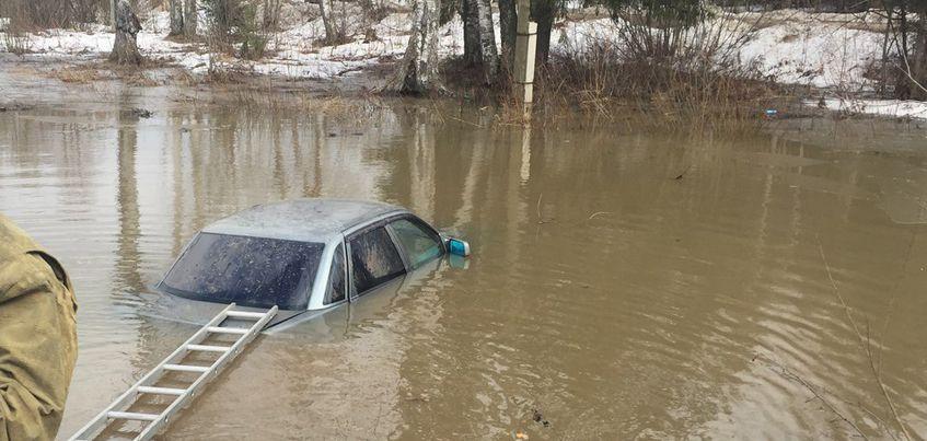 Фото: В Ижевске в районе СХВ в большой луже нашли автомобиль