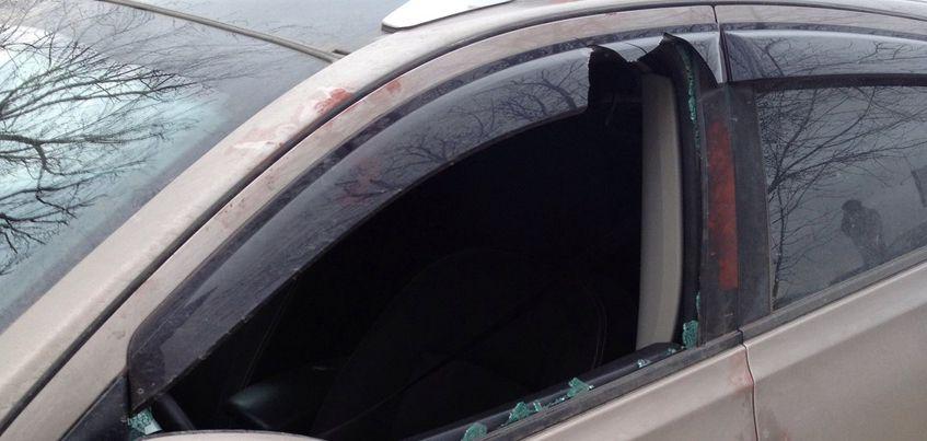 В Ижевске неизвестные разбили стекла у двух припаркованных во дворе авто