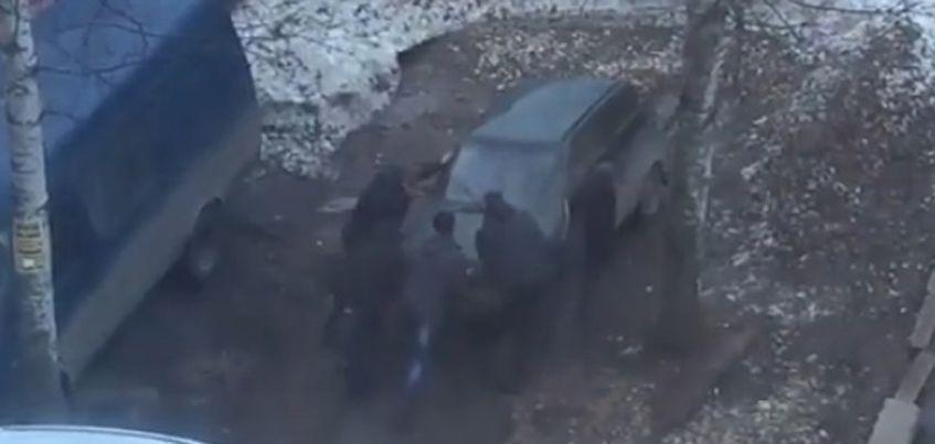 Пятеро ижевчан подвинули авто, владелец которого якобы занял чужое паркоместо