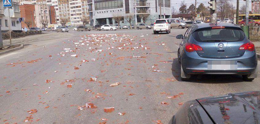 Очевидцы: В Ижевске на пересечении улиц Ленина и Орджоникидзе разбросаны кирпичи