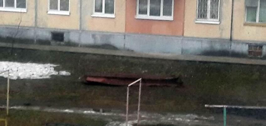 Ветром в Ижевске сдуло часть крыши многоэтажного дома
