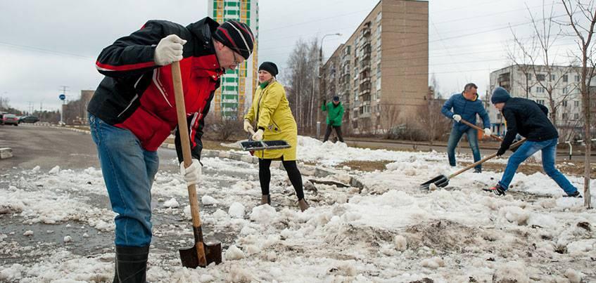 Сотрудники Сбербанка привели в порядок территорию вокруг Ижевского зоопарка