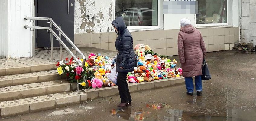 Ижевчане несут цветы и игрушки на место, где водитель грузовика задавил 2-летнего мальчика
