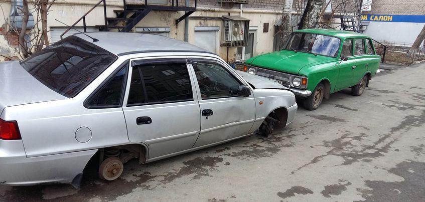 В Ижевске неизвестные сняли колеса с двух припаркованных авто