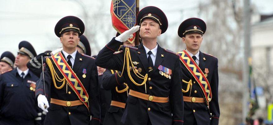 Легендарные орудия и ретро-техника: в Ижевске прошел парад Победы