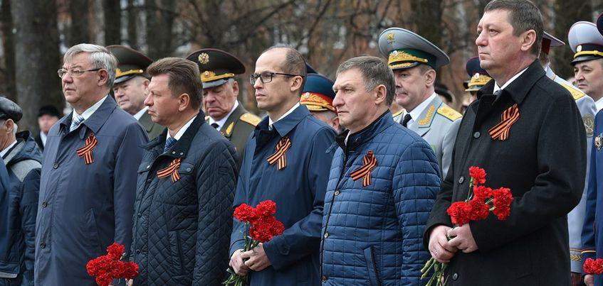 Власти Ижевска возложили цветы к Вечному огню в День Победы