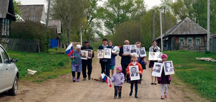 Фото с историей: «Бессмертный полк» прошел в удмуртской деревне, в которой всего 37 дворов